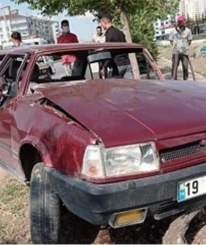 Takla atan otomobili dereye uçmaktan ağaç kurtardı